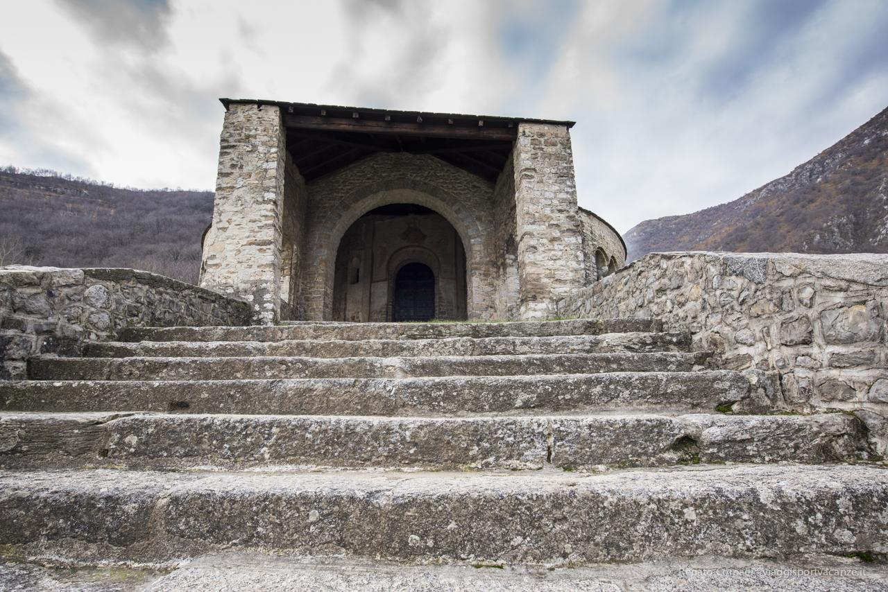 L'ampia scalinata che porta all'ingresso dell'abbazia