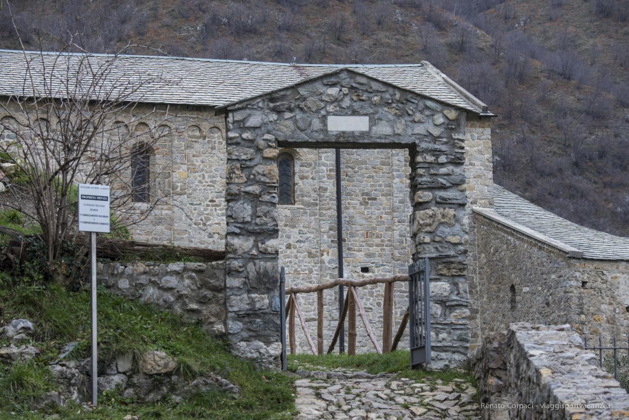 Il portale di accesso al perimetro dell'abbazia