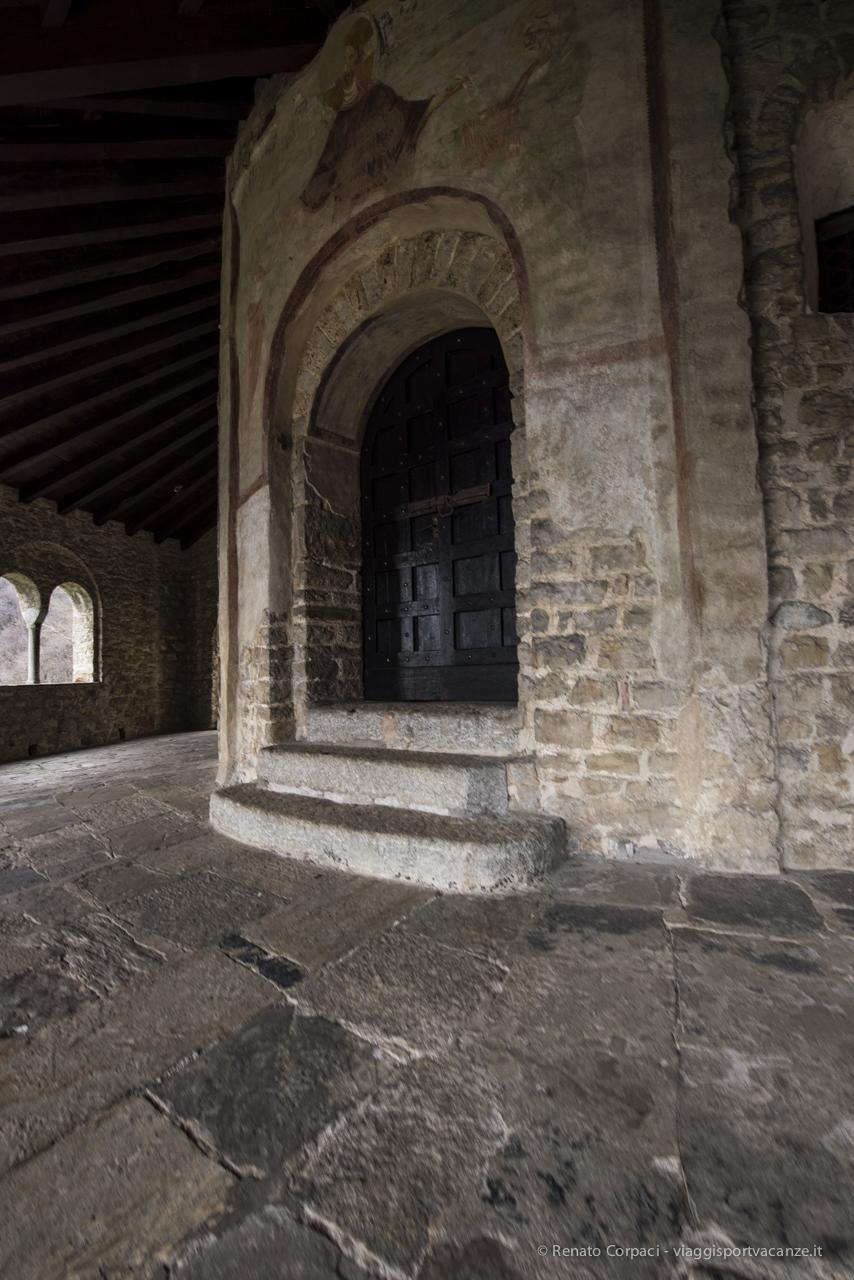 """Il portale d'ingresso con l'affresco del Cristo """"Traditio legis et clavis"""""""
